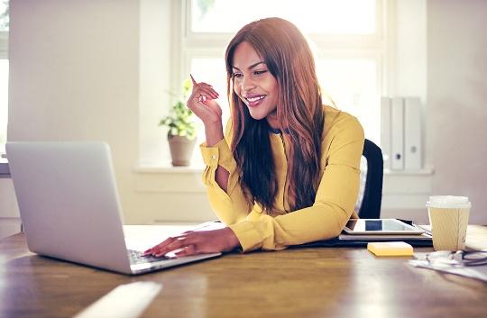Colaboradora satisfeita com beneficios do employee experience